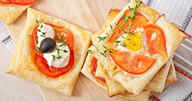Sbuffi con pomodorini, formaggio e olive e con pomodorini, formaggio e uova.
