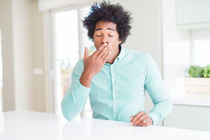 Sonnolenza dopo i pasti? Cause, rimedi e 5 consigli per vincerla. A partire dalla dieta