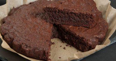 Torta al cioccolato senza farina, zucchero e latte. Leggera, che non fa male alla salute  e ideale per chi è in dieta