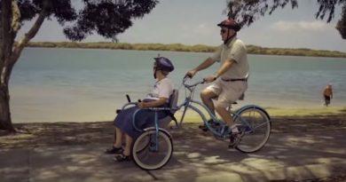 Lei ha l'Alzheimer, lui crea una bicicletta per portarla in giro. La storia di Bill e Glad